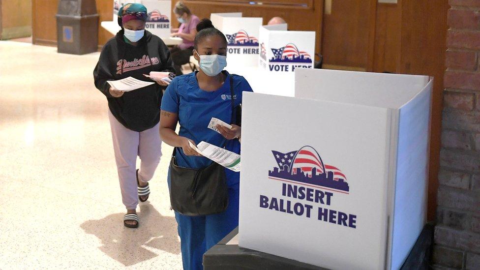 美國密蘇里州聖路易斯市兩名女士在民主黨初選票站投票(4/8/2020)