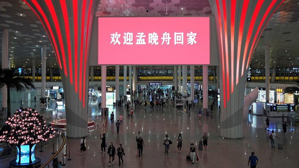 """上周六晚,深圳機場大廳也在屏幕上打出""""歡迎孟晚舟回家""""的字樣。"""