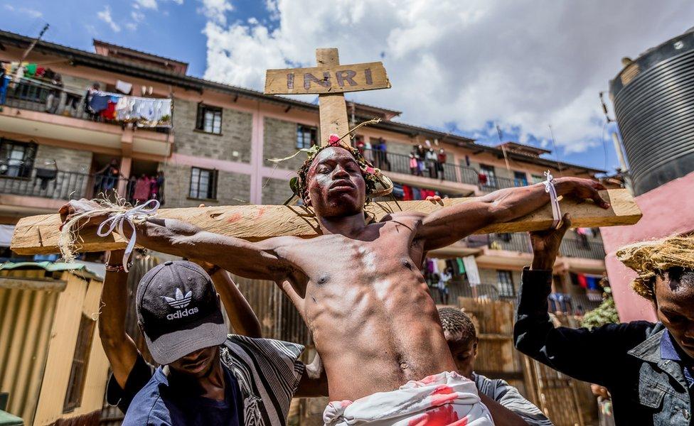 أما في نيروبي عاصمة كينيا فقد كانت الأجواء مكفهرة خلال عيد الفصح أثناء تمثيل عملية صلب المسيح.