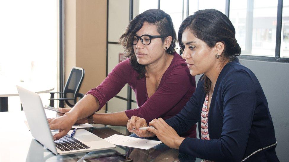 Dos mujeres frente a una laptop