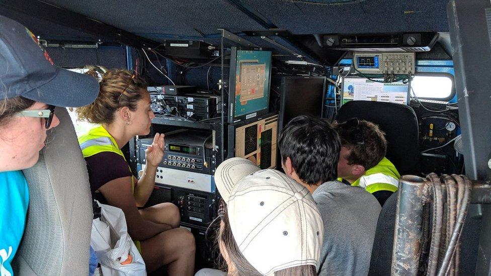 Un equipo estudia la tormenta.