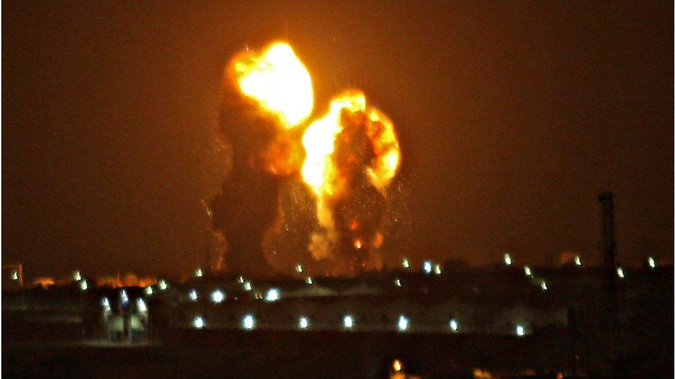 غارة إسرائيلية على خان يونس جنوبي قطاع غزة يوم 15 نوفمبر/تشرين الثاني