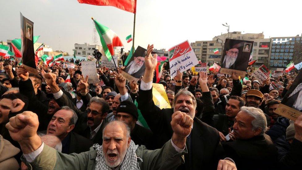 Iraníes protestan contra Estados Unidos en las calles de Teherán.