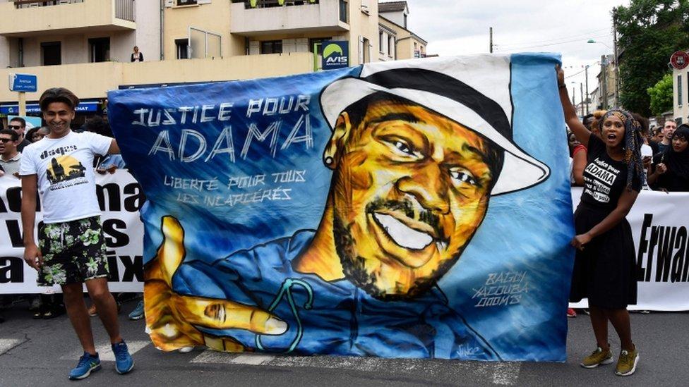 """Demonstranti sa transparentom """"Pravda za Adama"""""""