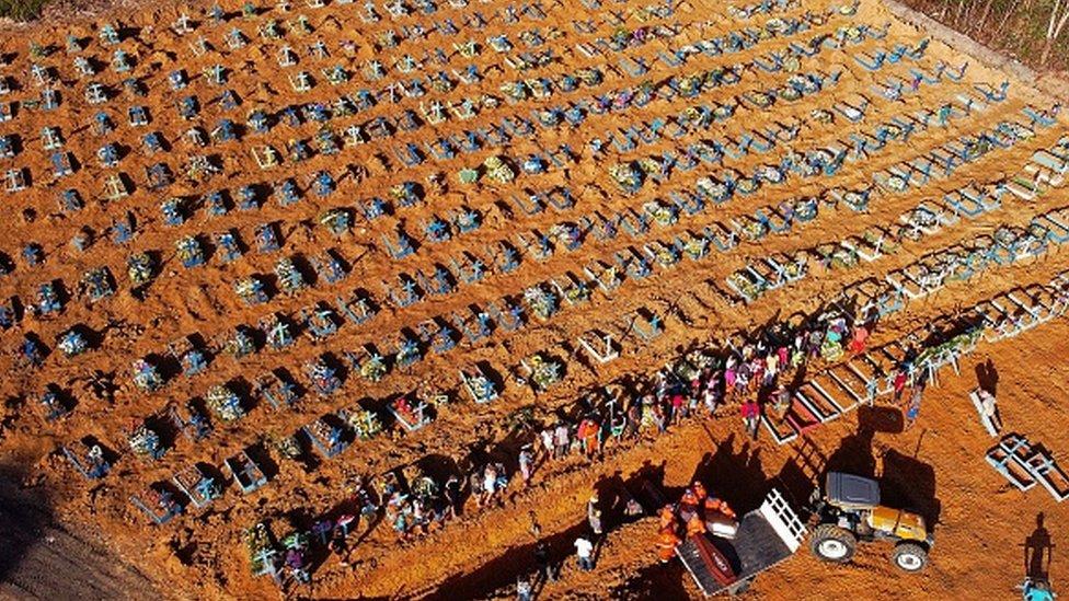Foto aérea de um cemitério brasileiro