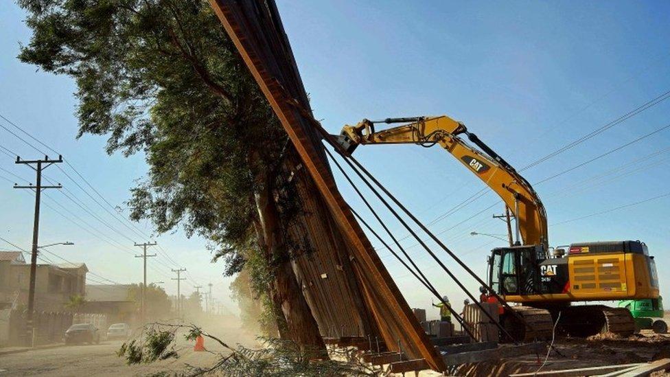 Radnici pokušavaju da poprave zid