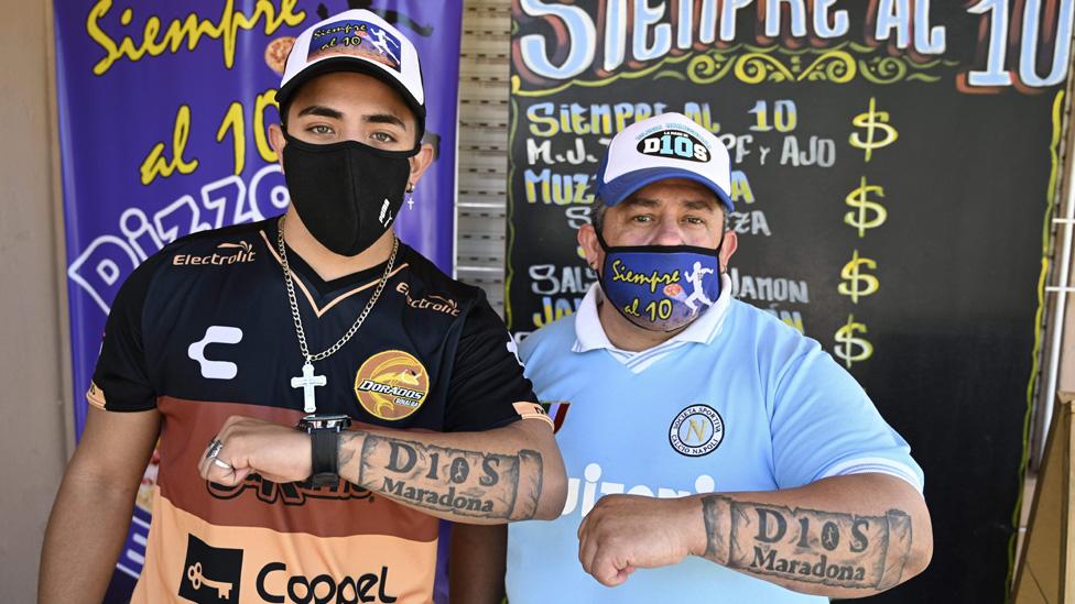 Devotos de Maradona con tatuajes