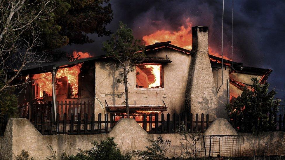 Una casa consumida por las llamas en Kineta, cerca de Atenas, el 23 de julio de 2018