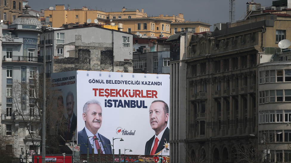 لافتة بها صورة أردوغان