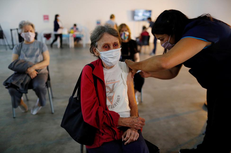 Una mujer es vacunada contra el covid en Buenos Aires