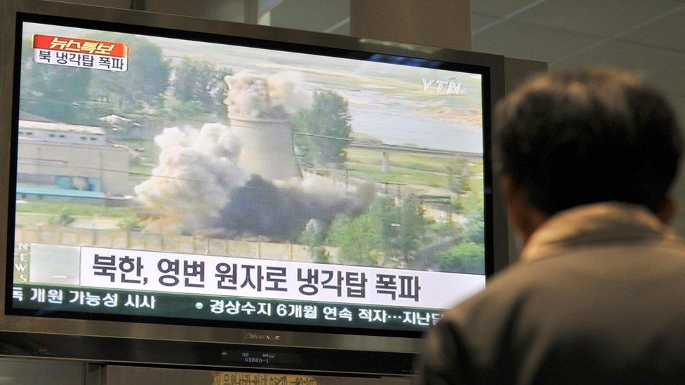 一名韓國人看著銷毀朝鮮寧邊冷卻塔的錄像