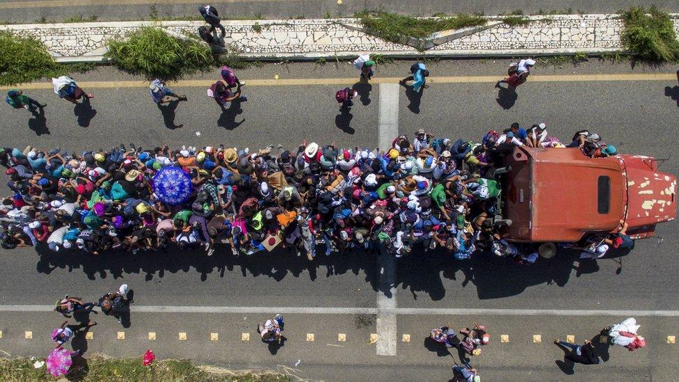 Vista aérea de un tráiler transportando migrantes.