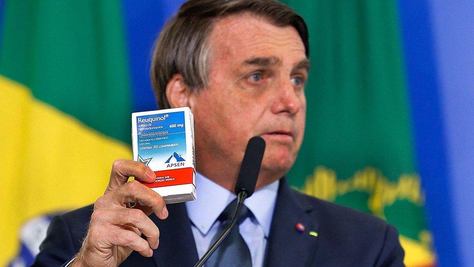 Bolsonaro com caixa de cloroquina, em foto de setembro de 2020
