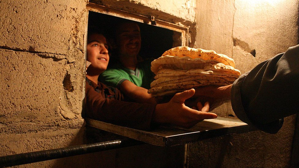 في سوريا يصطف الناس في طوابير طويلة للحصول على الخبز (أرشيفية)