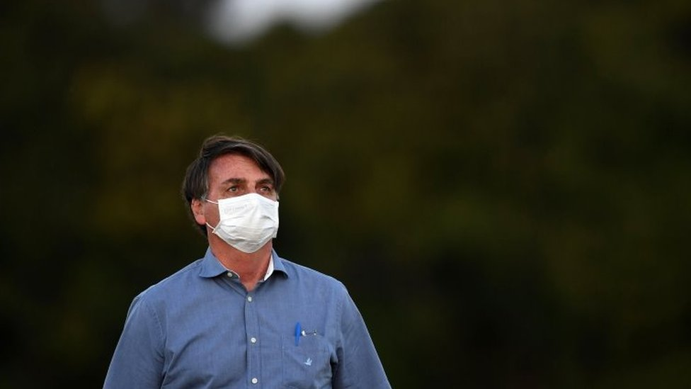 Jair Bolsonaro usando máscara