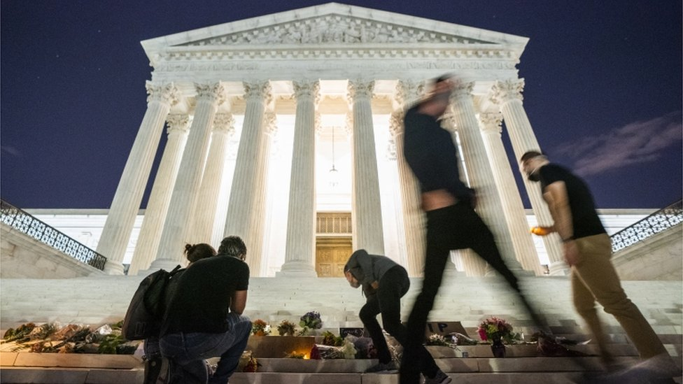 Gente coloca flores ante la Corte Suprema de EE.UU.