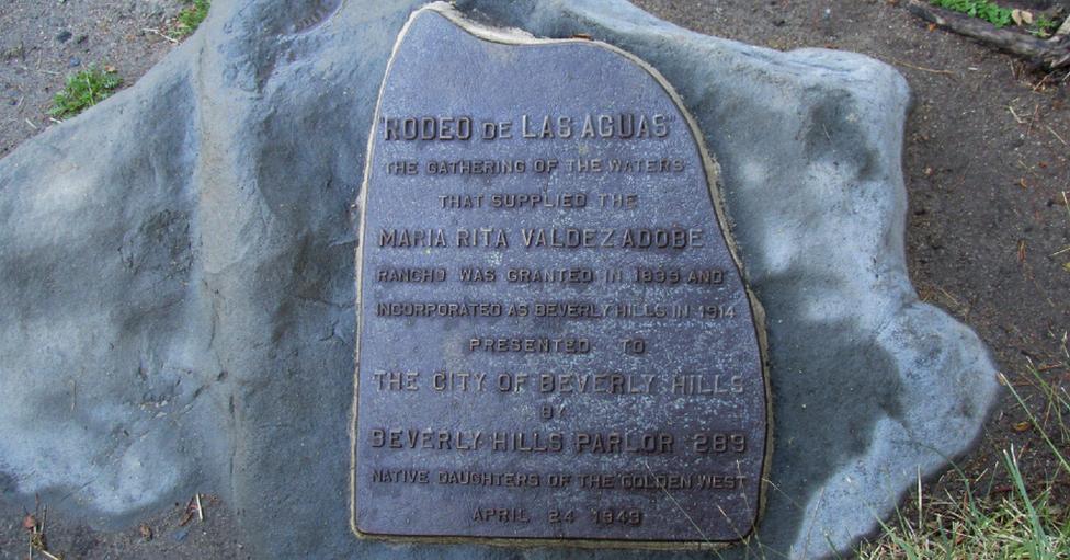 La placa en conmemoración a María Rita Valdez en Beverly Hills.