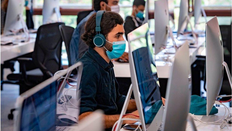 Homem em frente a computador