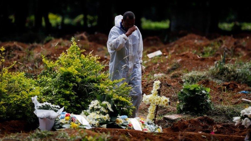 Homem em cemitério em SP