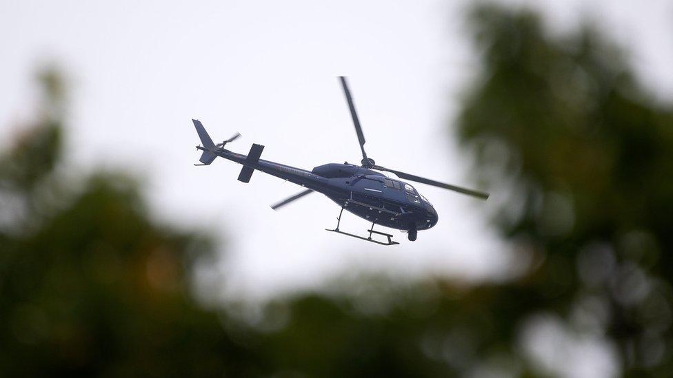 طائرة تحلق في سماء المنطقة التي يقع فيها مسجد دين أفنيو في كرايست تشيرتش في إطار تكثيف تدابير الأمن في المدينة.