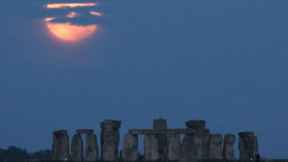 Super Blood Moon terlihat di Stonehenge, Inggris.