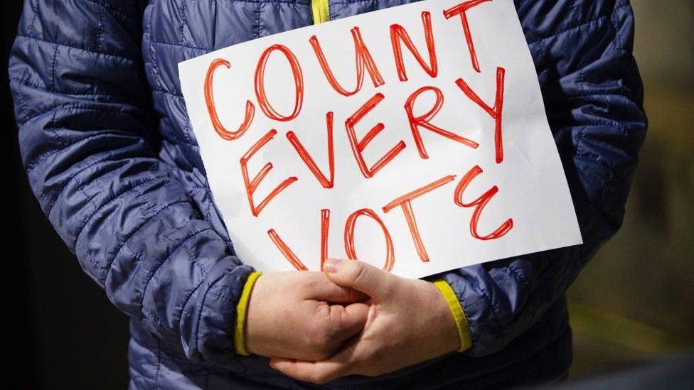 Cartel que pide que se cuenten todos los votos.
