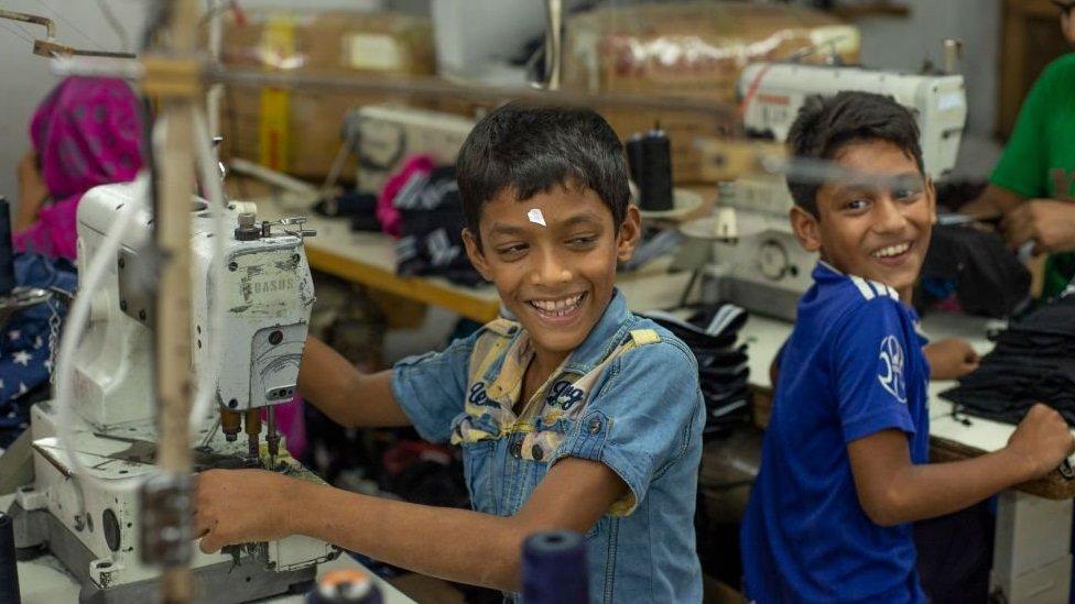 في عام 1993 ناقش الكونغرس الأمريكي مشروع قانون يحظر استيراد أي منتج يتم تصنيعه باستخدام عمالة الأطفال، مستهدفا مصانع الملابس التي تشغل الأطفال في بنغلاديش