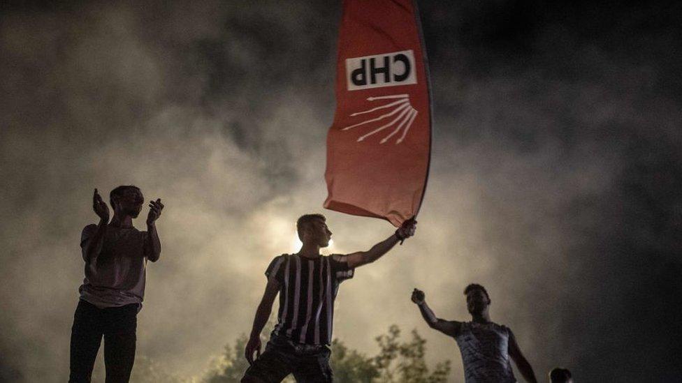 Personas en Estambul celebrando la victoria en las elecciones municipales de 2019 del principal partido de oposición que utiliza como símbolo las seis flechas del kemalismo.