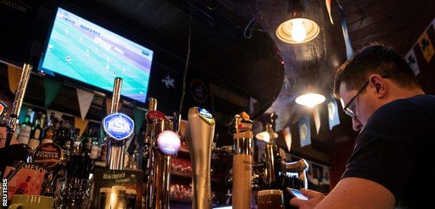 Los bares en Moscú muestran la liga de la vecina Bielorrusia.