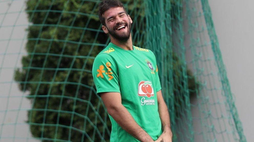 El portero surgió de las divisiones inferiores del club brasileño Internacional donde era más conocido por ser el hermano menor de Muriel Becker