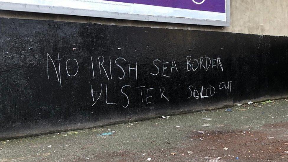 Pintada contra la frontera del mar de Irlanda