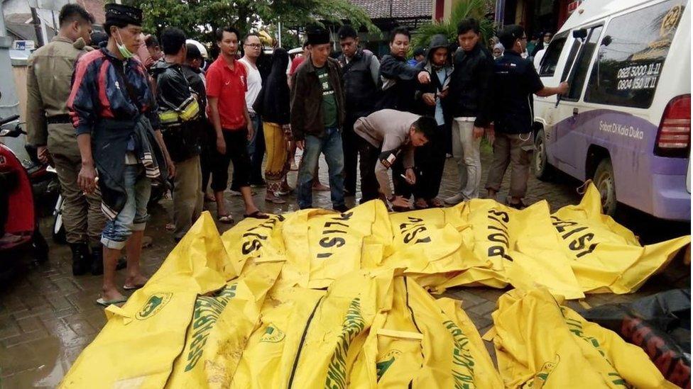 Cadáveres de víctimas mortales recuperados en la playa de Carita, en el noroeste dela isla de Java.