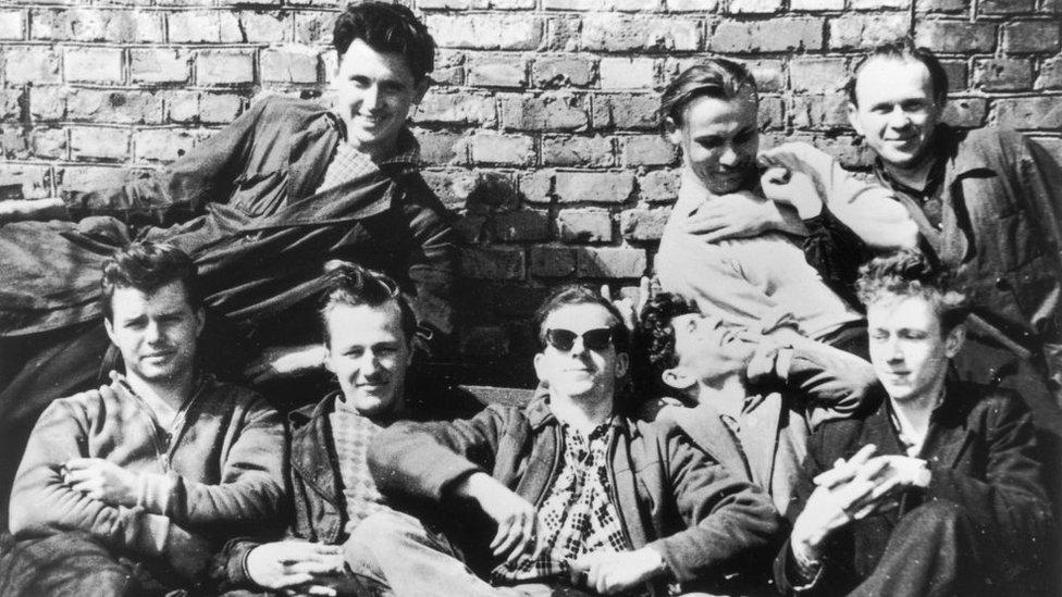 Lee Harvey Oswald con colegas en Minsk, en los años 50.