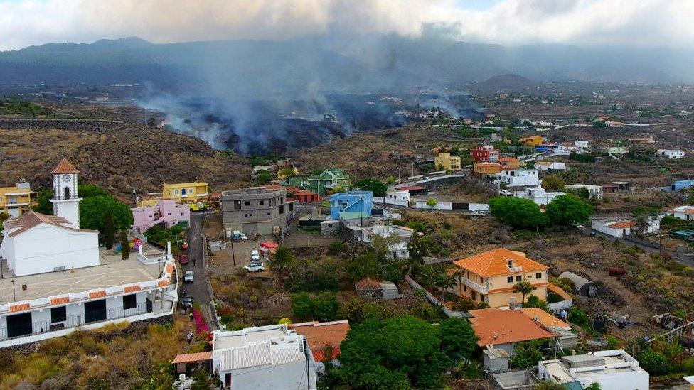 Magma avanzando hacia poblaciones en la isla de La Palma.