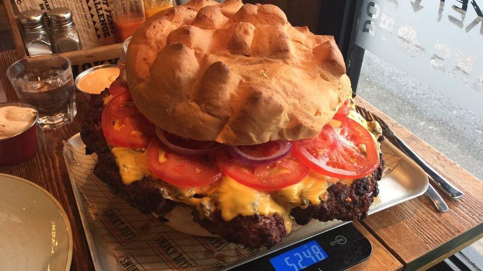 Džinovski burgeri među najpopularnijim su nagradnim izazovima u jelu u restoranskoj ponudi