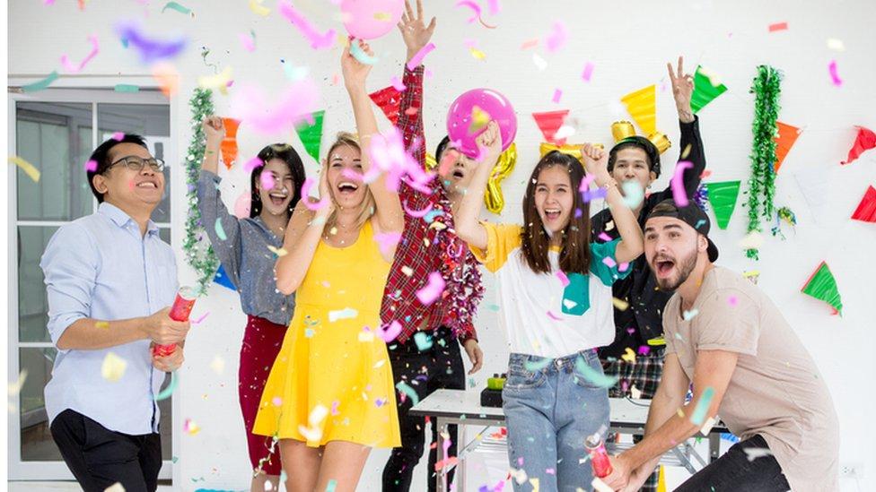 Grupo de personas celebrando una fiesta.