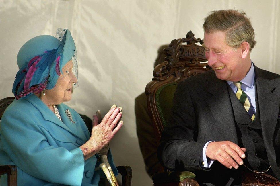 Sa bakom, kraljicom-majkom Elizabetom