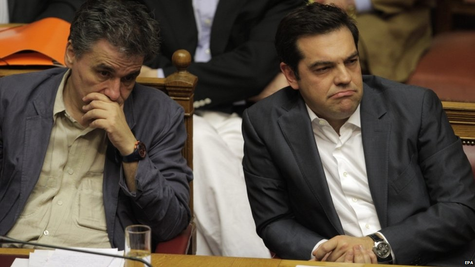 Greek Finance Minister Euclid Tsakalotos (l) and Prime Minister Alexis Tsipras in parliament