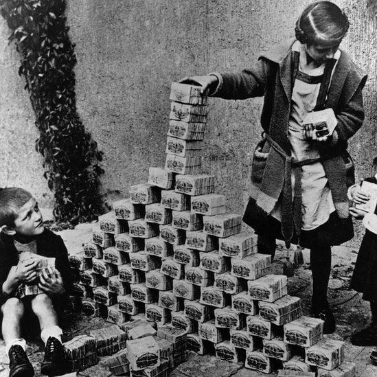 Deca u Nemačkoj prave kulu od svežanja novčanica