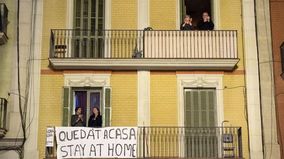 Vecinos aplauden desde un balcón durante un flash mob convocado en las redes sociales.