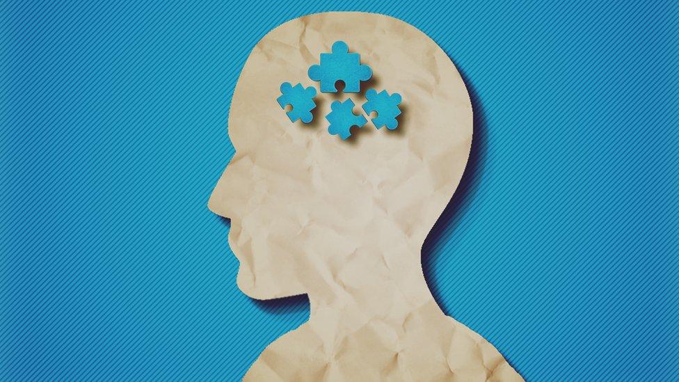 Ilustración de una cabeza con piezas de rompecabezas