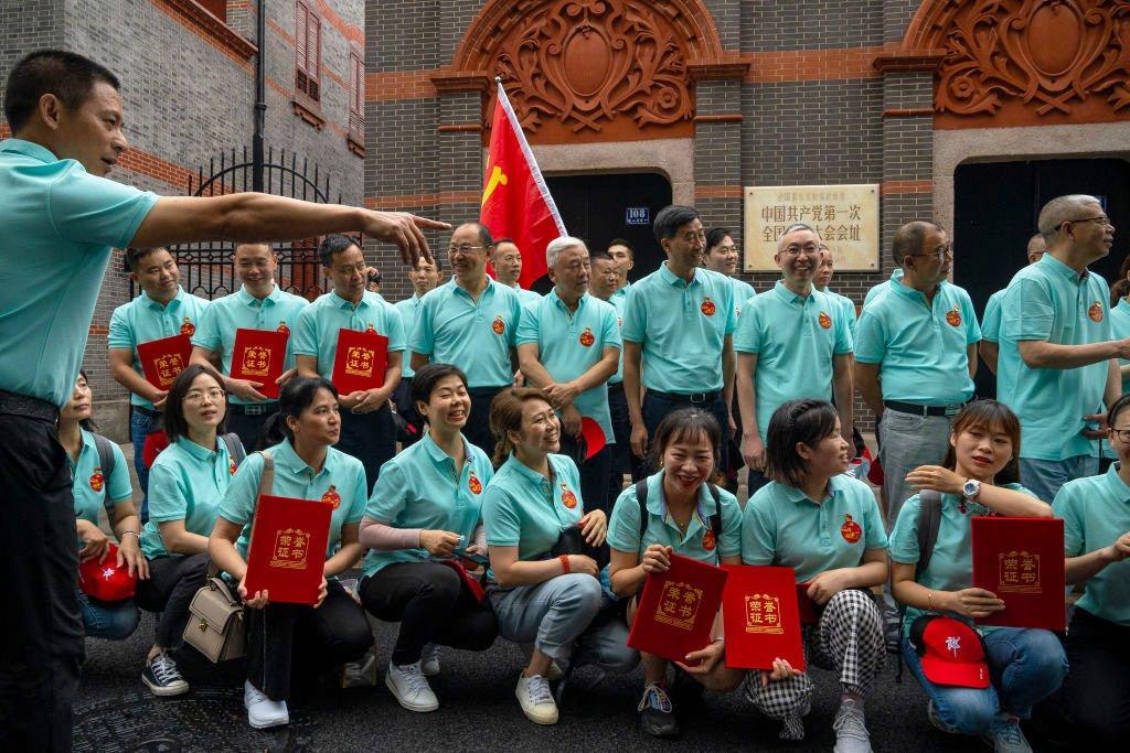 一群遊客在上海的中共一大會址前合影留念。