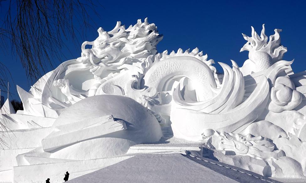 Patung salju besar yang menampilkan naga Tiongkok