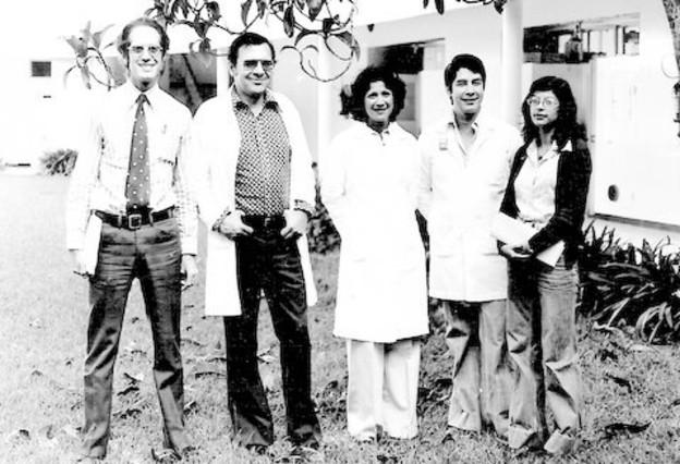 Víctor Penchaszadeh (a la izquierda) se encontraba junto a sus compañeros del IVIC