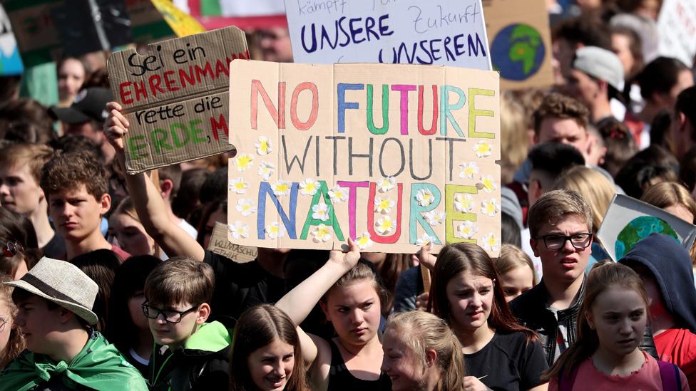 """Protesta de adolescentes en Alemania con una pancarta que reza, """"no hay futuro sin naturaleza""""."""
