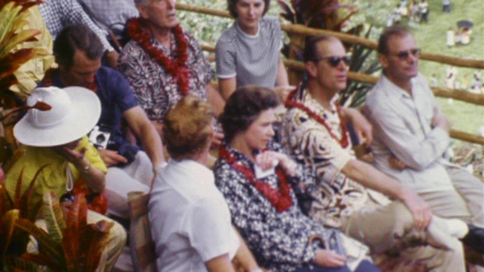 El príncipe Felipe y la reina Isabel observan las ceremonias en la isla Pentecost en Nuevas Hébridas.