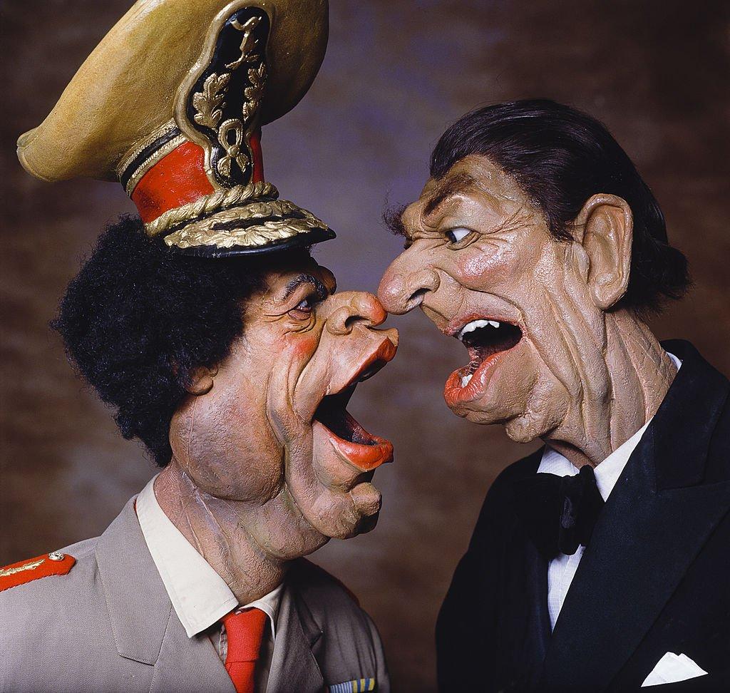 رسم كاريكاتوري للرئيس الأمريكي السابق رونالد ريغان والزعيم الليبي الراحل معمر القذافي