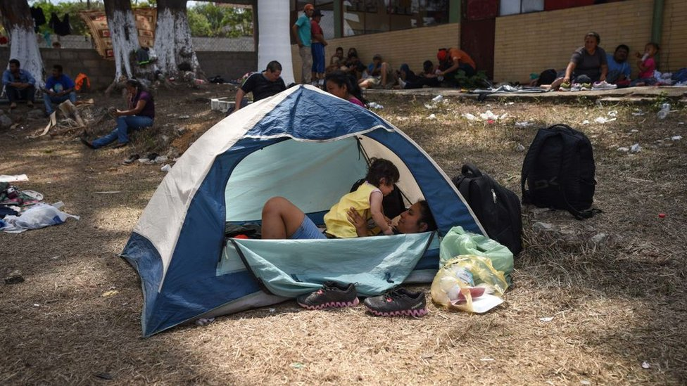 Una mujer y una niña en ruta acampadas en Matías Romero, en el estado mexicano de Oaxaca.