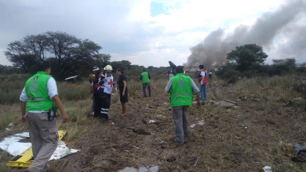 Equipos de rescate cerca del avión accidentado.