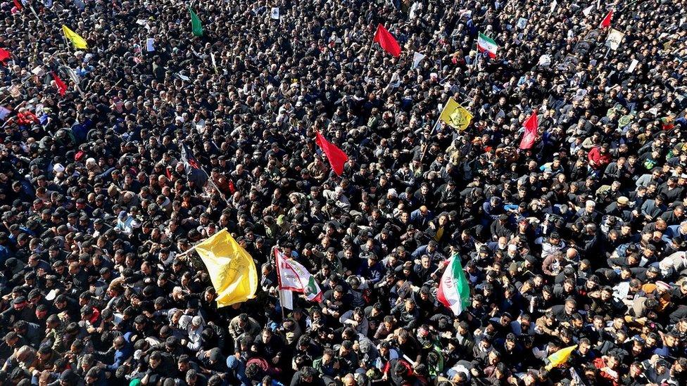 آلاف المشيعين في كرمان، مسقط رأي سليماني، أثناء جنازته في السابع من يناير/كانون الثاني 2020